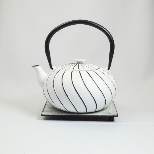 Eisenkanne Nami 1,0l (Weiß mit geschwungenen Linien)
